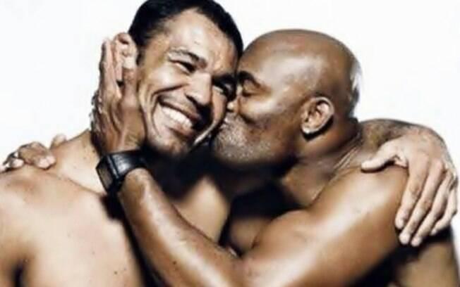 Anderson Silva beija Minotauro em campanha contra a homofobia