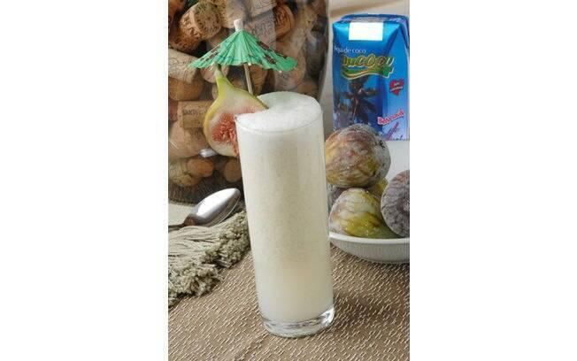 Foto da receita Smoothie de água de coco com figos frescos e sorvete de coco pronta.