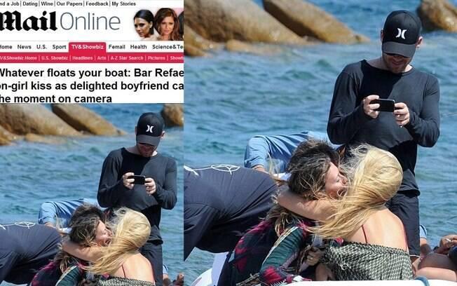 Bar Refaeli beija amiga durante passeio no litoral da Itália
