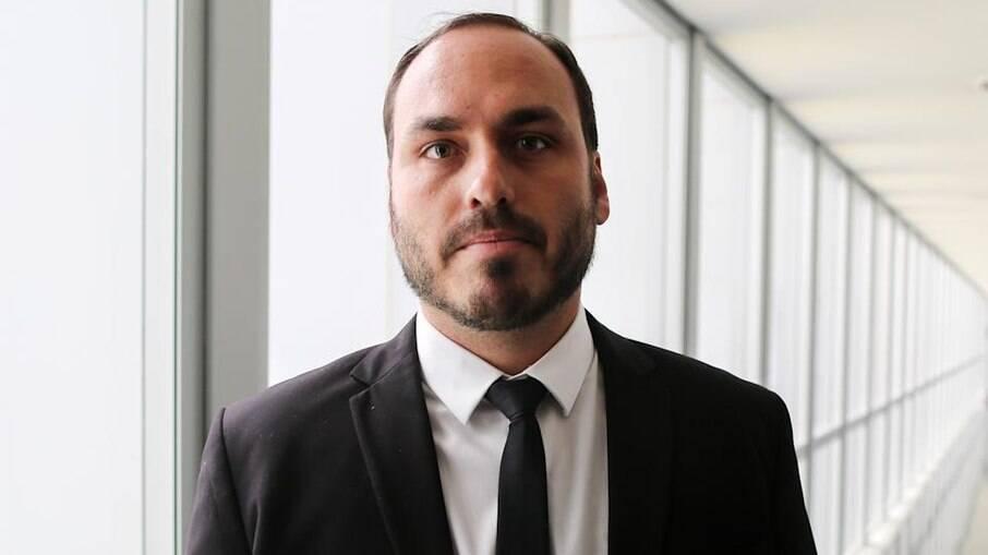 Carlos Bolsonaro é tido como chefe de organização criminosa, alega juiz do TJ-RJ