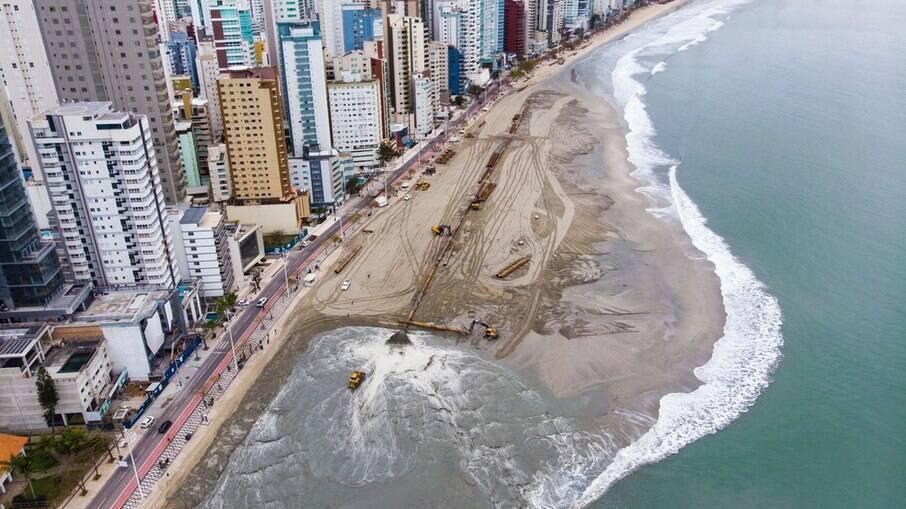 Prédios construídos na orla da praia fazem sombra na areia