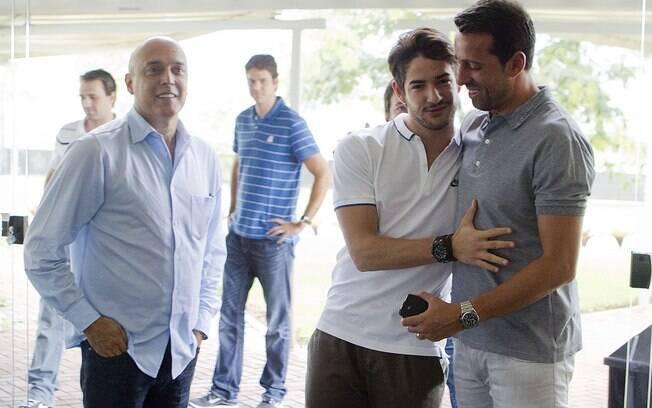 Alexandre Pato no CT do Corinthians com o  empresário Gilmar Veloz e o gerente de futebol Edu  Gaspar