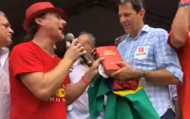 Bíblia que Haddad ganhou foi parar nas mãos de um deputado do PSL, que afirma que ela foi encontrada no lixo