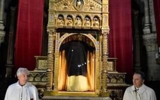 Igreja exibe 'túnica de Cristo', que teria sido usada no caminho para a cruz