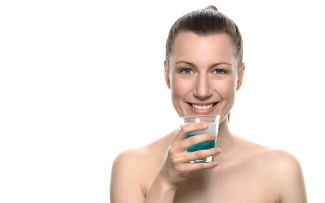 O enxaguante bucal pode contribuir bastante na higienização da boca