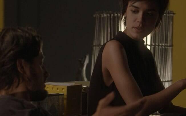 Leila cuida de Rafael e rola clima de romance entre os dois, em