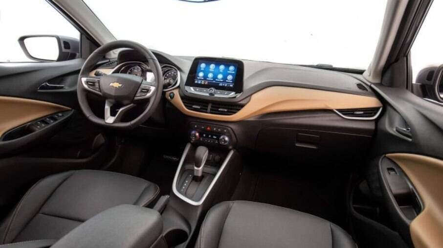 Interior da versão Premier, da linha 2021 tem como principal destaque a central multimídia com tela de 8 polegadas