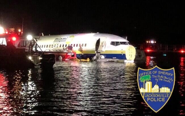 Boeing 737 cai na água em rio na Flórida
