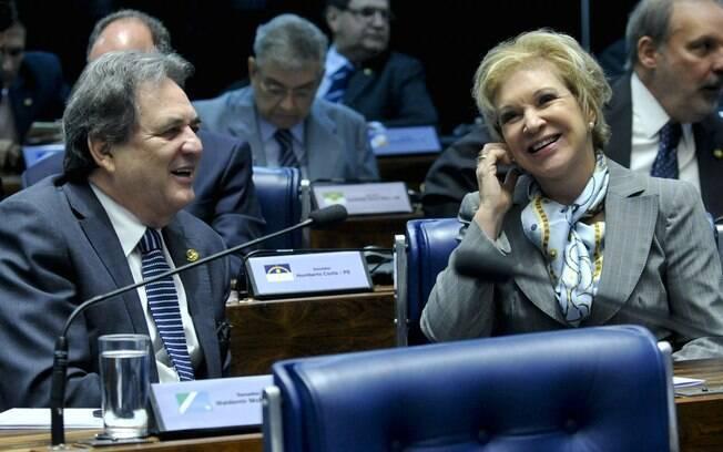 Na bancada, o senador Waldemir Moka (PMDB-MS) e a senadora Marta Suplicy (PMDB-SP). Foto: Geraldo Magela/Agência Senado - 11.05.2016