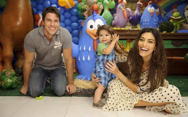 Juliana Paes com o pequeno Pedro e o marido Carlos Eduardo Baptista