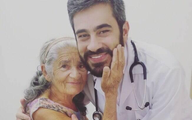 Dona Socorro e o médico João Carlos Resende em imagem compartilhada no Facebook