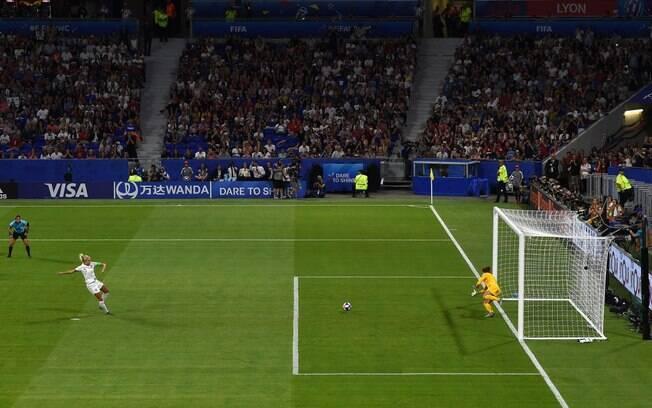 Naeher defendeu pênalti na semifinal contra a Inglaterra