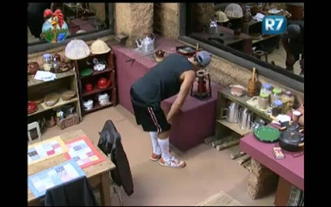 François Teles acende o fogão a lenha na Casa da Roça
