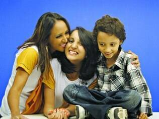 Sucesso.   Bianca Prescovia ( centro ) passou por três anos de tratamento de uma leucemia, mas recebeu, neste mês, a notícia de que está curada