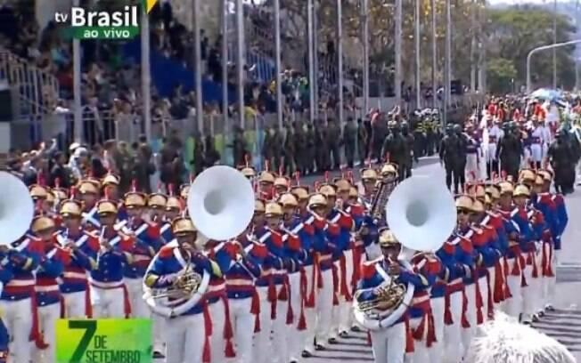 O desfile no qual o presidente está participando está acontecendo em Brasília