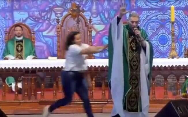 Mulher que empurrou padre Marcelo Rossi prestou depoimento