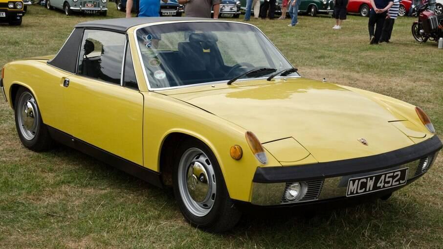 O 914 é um Porsche 'popular' e com calotas VW que foi lançado no final da década de 60