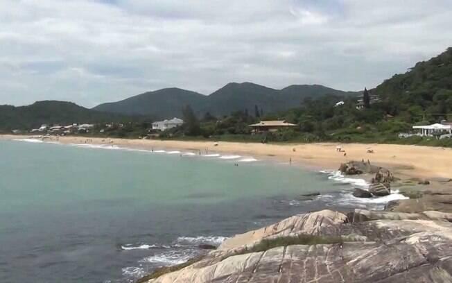 Praia do Estaleiro está entre as praias de Santa Catarina, que é cercada por natureza