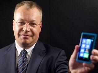 Stephen Elop, CEO da Nokia, apresentou o Lumia 800