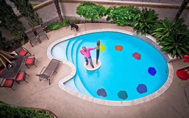 Desenhada pelo próprio artista, a piscina em formato de paleta de pintor é criativa e faz parte da lista de fotos de piscinas