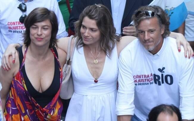 Léticia Spiller, Marcelo Novaes e Maria Paula caminharam abraçados durante uma manifestação no centro do Rio de Janeiro