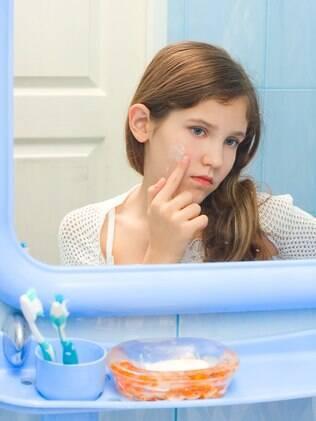 Maioria dos medicamentos contra acne é prescrita sem a aprovação de seu uso para menores de 12 anos