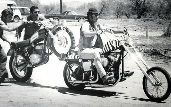 E carrega a moto roubada no bagageiro de sua Harley