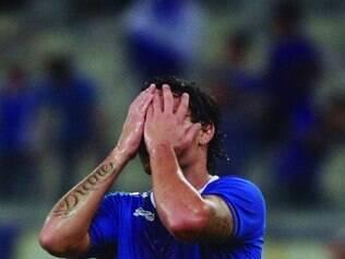 Desespero. Ricardo Goulart encobre a cabeça com as mãos durante a partida da última quinta-feira