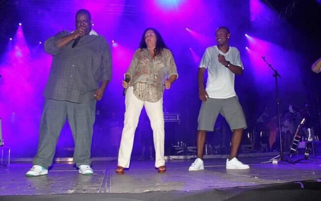Regina Casé subiu ao palco para participar do show ao lado do cantor Thiaguinho
