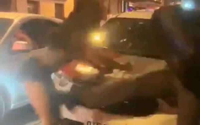 Momento em que mulher é agredida por um Policial Militar no centro de São Paulo.