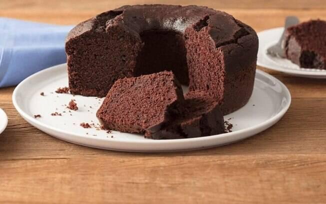 Um bolo de chocolate simples é a base desse bolo invertido