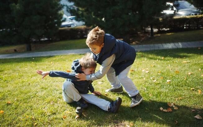 Irmãos brigam por diversos motivos e cabe aos pais identificar o que está por trás desses conflitos