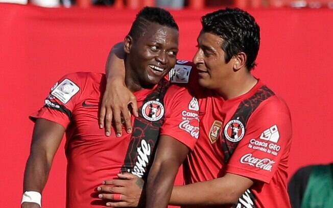 Riascos (esq) fez o primeiro gol do Tijuana