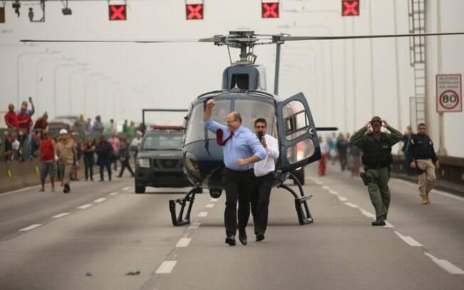 Governador Witzel chegou ao local de helicóptero e comemorou resultado da ação policial