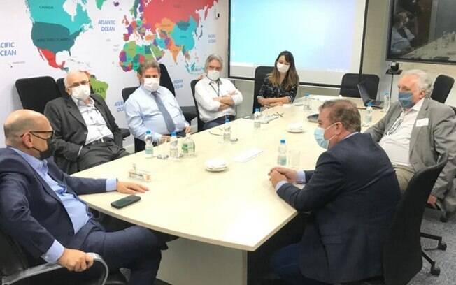Jonas assina acordo para facilitar compra da vacina Coronavac