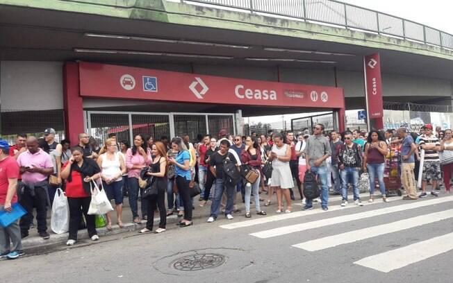 Usuários da Linha 9-Esmeralda foram surpreendidos pela interrupção do funcionamento dos trens na Marginal Pinheiros