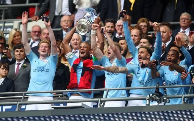 Capitão do Manchester City, Kompany levanta a taça da Copa da Inglaterra