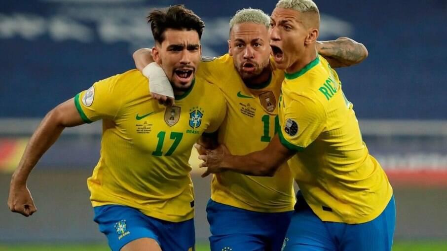 Neymar e Richarlison celebram ao lado de Paquetá, autor do gol da vitória do Brasil