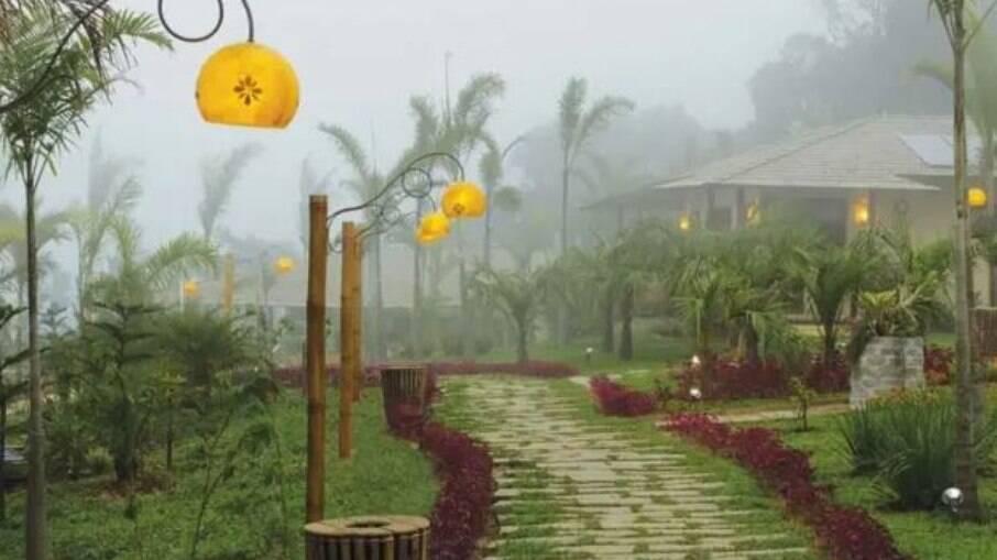 O Hotel Vale das Nuvens, em Guaramiranga, é ideal para casais. O estabelecimento conta com trilhas próprias, cachoeiras e piscina aquecida para curtir o frio