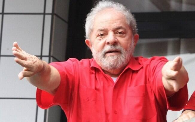 Ex-presidente Luiz Inácio Lula da Silva em seu prédio em São Bernardo do Campo no domingo