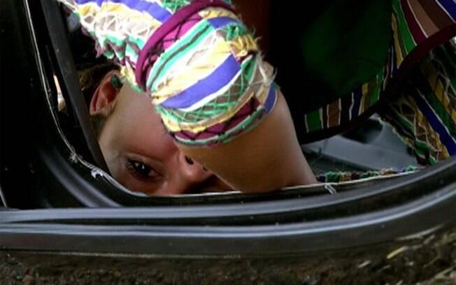 Ao encontrar a cobra em seu carro, Amália sofre um grave acidente.