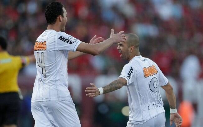 Réver comemora o gol de Diego Tardelli na  partida