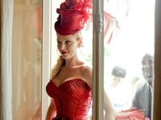 Uma Thurman: dama de vermelho posa para a cobiçada folhinha