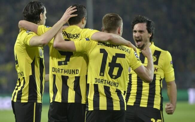 Jogadores do Borussia Dortmund festejam com  Lewandowski primeiro gol do jogo