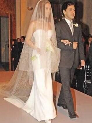 Wanessa entrando na igreja com o seu pai, o cantor sertanejo, Zezé de Camargo