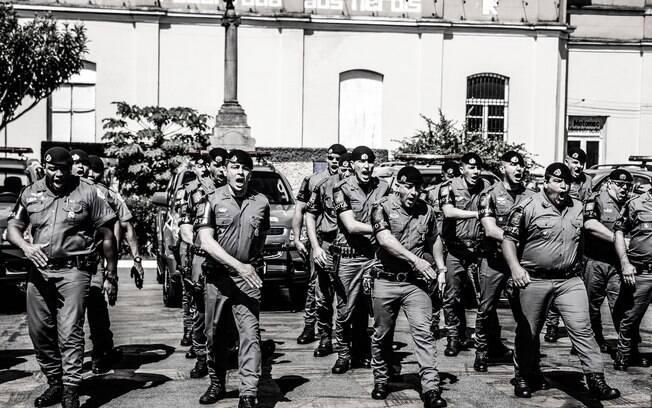 Policiais do Batalhão Tobias de Aguiar saindo de formação, minutos antes de sair do Quartel para as ruas, cumprem o ritual diário e gritam
