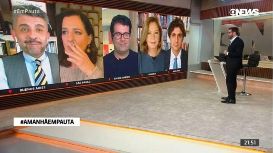 Mônica Waldvogel fuma ao vivo na GloboNews