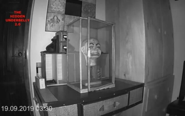 boneca fantasma abrindo porta de caixa
