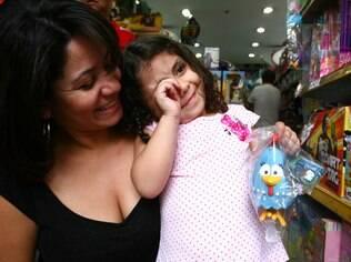 Yasmin aceitou a galinha de borracha, sugerida pela mãe Zilvia