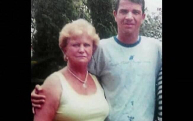 Rodrigo Gularte ao lado da mãe, Clarisse. Ele deve ser executado nesta terça (28)